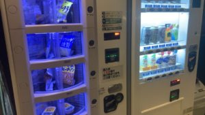 食堂はないので、自動販売機でおつまみが売ってあります。