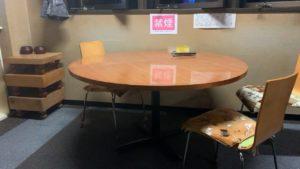 食堂には円形テーブル