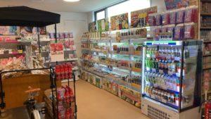 売店では飲み物の他、山梨県の名産品などが販売されています。