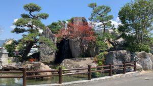 エントランス前の石庭園
