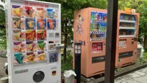 外にアイスの自販機もあります。