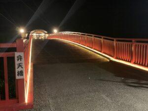 太鼓橋を渡って温泉ゾーンへ